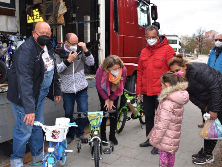 Oster-Überraschung: RKT-Chef Gökhan Altincik spendiert bedürftigen Kindern Fahrräder